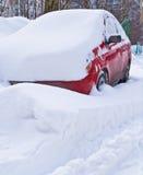 Automobile rossa in una presa della neve Fotografia Stock Libera da Diritti
