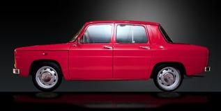 Automobile rumena dell'annata rossa retro con il percorso di residuo della potatura meccanica Fotografia Stock Libera da Diritti