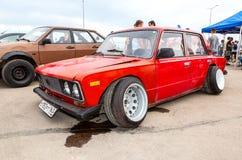 Automobile russa d'annata Lada con le ruote di sintonia fotografia stock