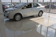 Automobile in sala d'esposizione Immagini Stock