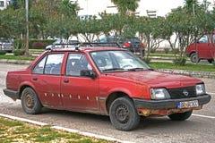 Automobile schiacciata sulla strada dopo l'incidente Fotografie Stock