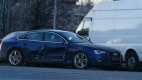 Automobile schiantata con l'allarme infiammante video d archivio