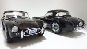 Automobile scoperta a due posti di cabrio di Shelby Cobra, cima dura contro le automobili nere superiori molli Fotografie Stock