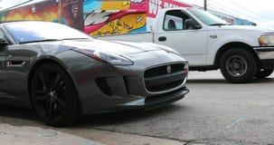 Automobile scoperta a due posti F tipa di Jaguar a Miami Florida archivi video