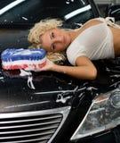 Automobile sexy di pulizia della donna Fotografia Stock