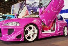 Automobile sintonizzata colore rosa Fotografie Stock