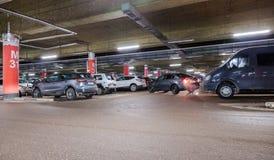 Automobile sotterranea che parcheggia il centro commerciale mega Fotografia Stock