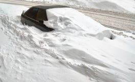 Automobile sotto neve Fotografie Stock Libere da Diritti
