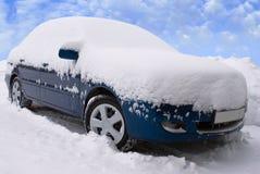 Automobile sotto neve Immagini Stock Libere da Diritti
