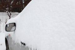 Automobile sotto un cumulo di neve Fotografie Stock Libere da Diritti