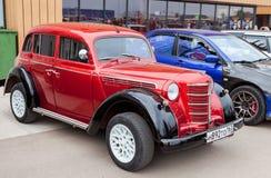 Automobile sovietica d'annata Moskvich-401 nel centro storico Fotografia Stock Libera da Diritti