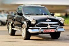 Automobile sovietica d'annata Volga migliorato e modificato al vecchio festival della terra dell'automobile Fotografia Stock