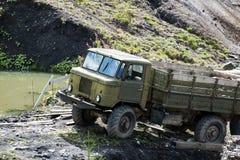 Automobile sovietica molto vecchia nel lago marcio Fotografie Stock