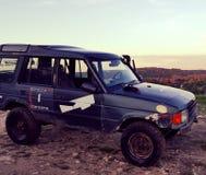Automobile sporca 4x4 sulla cima della collina Immagini Stock Libere da Diritti