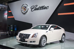 Automobile sportiva bianca del cadillac alla cabina del presentatore fotografie stock