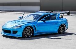 Automobile sportiva blu sul circuito automobilistico Bloccaggio del primo piano Fotografie Stock