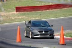 Automobile sportiva che guida sul corso di corsa Immagine Stock Libera da Diritti