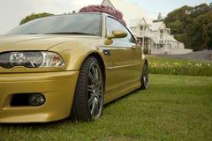 Automobile sportiva di BMW M3 e palazzo di lusso Immagini Stock