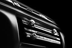 Automobile sportiva di lusso moderna dentro Interno dell'automobile di prestigio Cuoio nero Dettagliare dell'automobile cruscotto fotografia stock libera da diritti