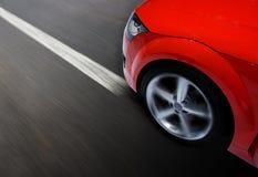 Automobile sportiva veloce che si muove con la sfuocatura Fotografie Stock Libere da Diritti