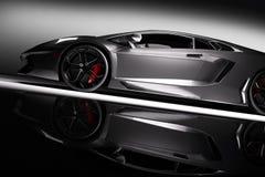 Automobile sportiva veloce grigia in riflettore, fondo nero Brillante, nuovo, lussuoso Immagine Stock