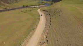 Automobile su una strada di bobina nelle montagne video d archivio