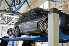 Automobile sul supporto con i sensori sulle ruote Immagine Stock Libera da Diritti