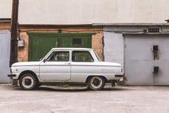 Automobile sulla parete del fondo di una costruzione Immagine Stock Libera da Diritti