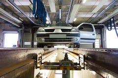 Automobile sulla piattaforma di servizio in garage immagini stock libere da diritti