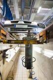 Automobile sulla piattaforma di servizio in garage fotografia stock libera da diritti
