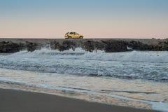 Automobile sulla spiaggia Fotografia Stock