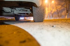 Automobile sulla strada alla notte Immagine Stock