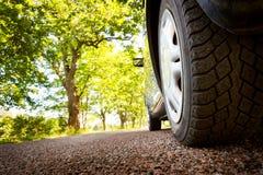 Automobile sulla strada asfaltata di estate Fotografia Stock