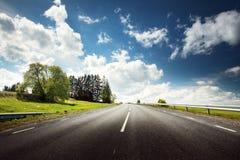 Automobile sulla strada asfaltata nel bello giorno di molla Immagine Stock Libera da Diritti