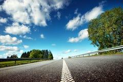 Automobile sulla strada asfaltata nel bello giorno di molla Fotografia Stock Libera da Diritti