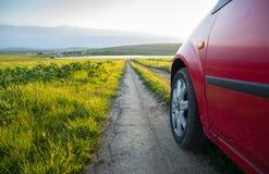 Automobile sulla strada campestre fotografia stock libera da diritti