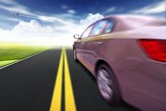 Automobile sulla strada con la priorità bassa della sfuocatura di movimento. Fotografia Stock Libera da Diritti