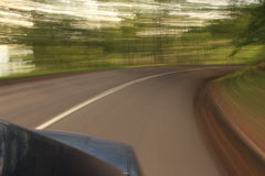Automobile sulla strada con la sfuocatura di movimento Fotografia Stock