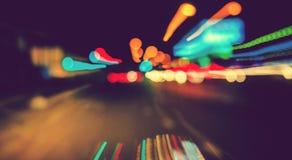 Automobile sulla strada con la sfuocatura di movimento Fotografie Stock