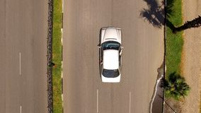Automobile sulla strada di alta qualità con le palme da parte, viaggio in macchina, turismo fotografie stock libere da diritti
