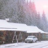 Automobile sulla strada nevosa snowstorm Immagine Stock