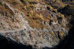 Automobile sulla strada pericolosa ripida e bassa della montagna Fotografie Stock