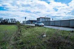 Automobile sulla strada vicino al campo Fotografia Stock