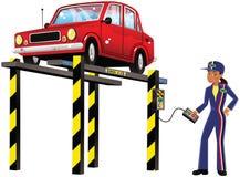 Automobile sur la rampe hydraulique Photo stock