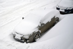 Automobile in tempo nevoso immagine stock