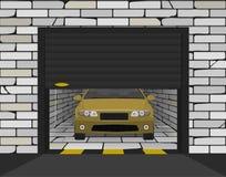Automobile in un garage del mattone con i portoni sezionali Fotografie Stock Libere da Diritti
