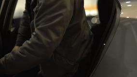 Automobile uscente del passeggero maschio e porta di chiusura, servizio di taxi, trasporto urbano video d archivio