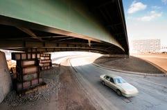 Automobile vaga che si muove sotto un vecchio ponticello Immagini Stock