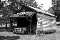 Automobile in vecchia tettoia Immagini Stock Libere da Diritti
