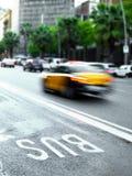 Automobile veloce del taxi in un traffico della via fotografia stock